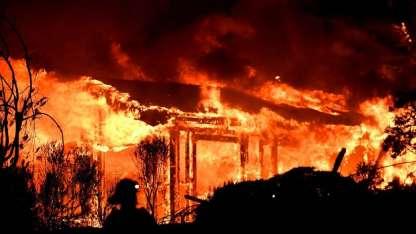 Bomberos estudian la situación mientras una casa se incendia en el condado de Napa.