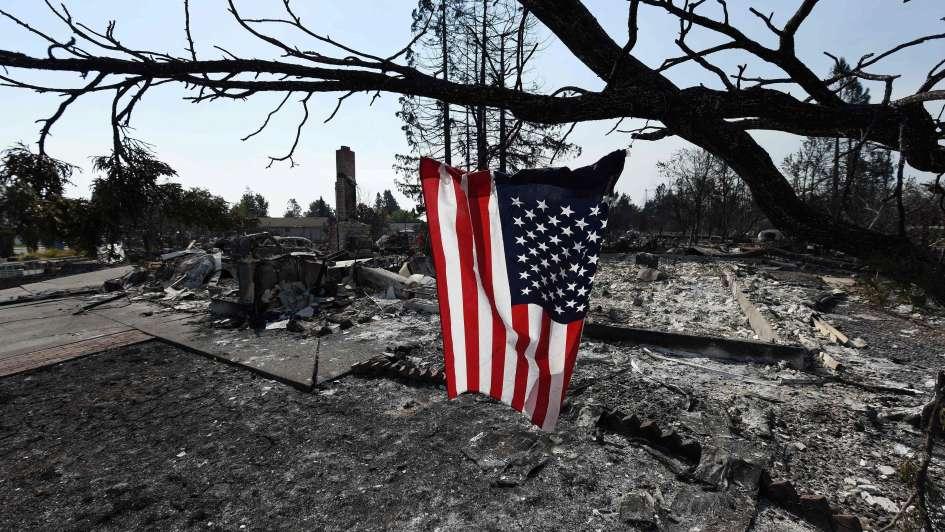 No logran controlar los incendios en California: hay 21 muertos y 180 desaparecidos