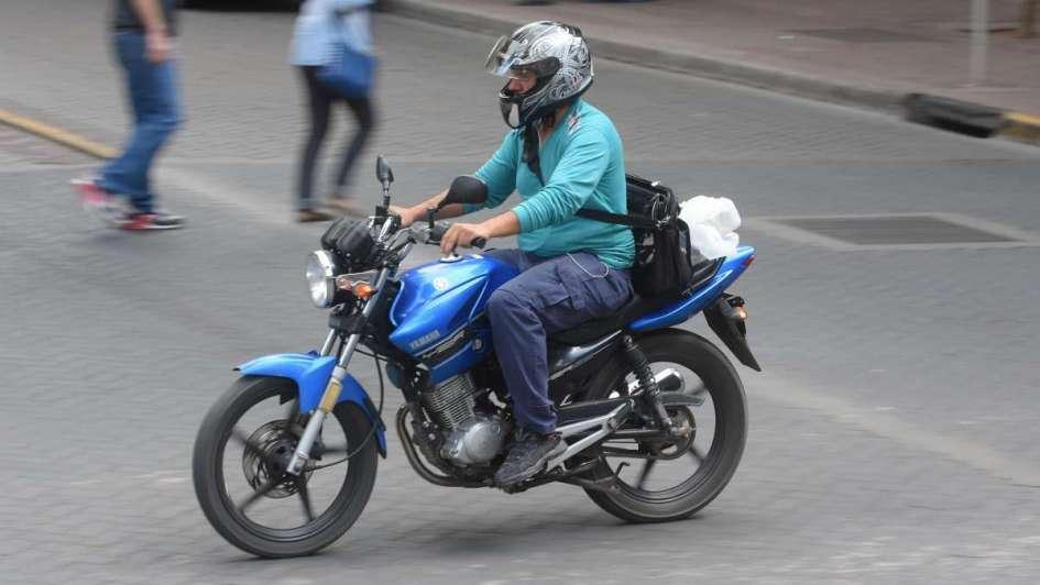 Iba en moto, la detuvieron y se la quitaron