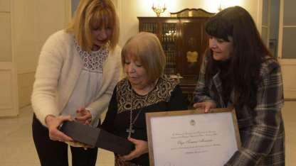 La senadora Caroglio entrega la distinción a la destacada docente de Educación Musical.