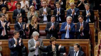 Mariano Rajoy es aplaudido por los miembros de su partido, tras su discurso en el Parlamento.