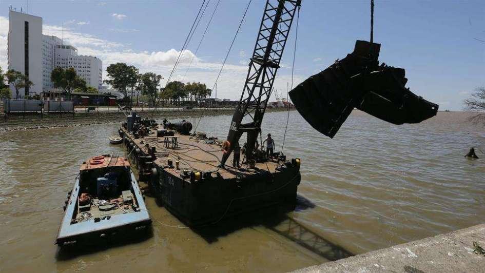 Empezaron a sacar un barco hundido en el Río de La Plata que tapa conductos pluviales
