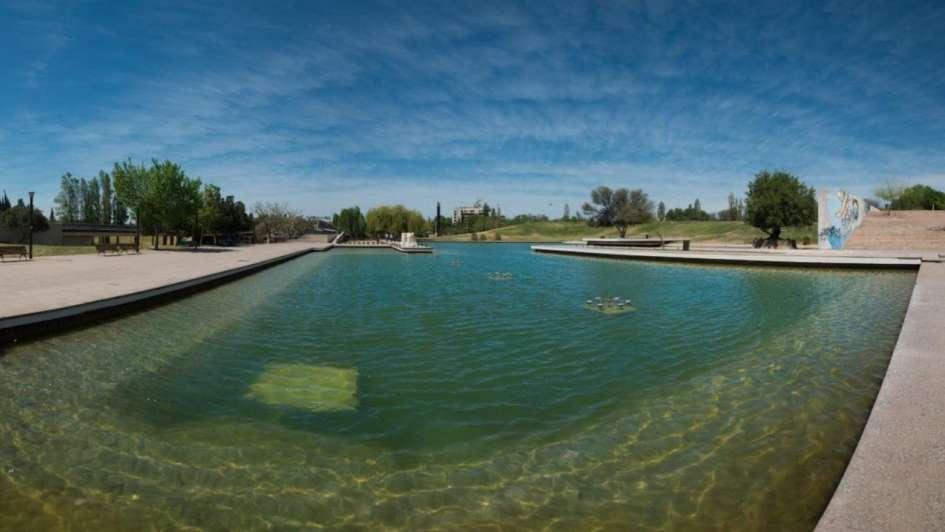 Con el lago del Parque Central renovado, volvieron los peces