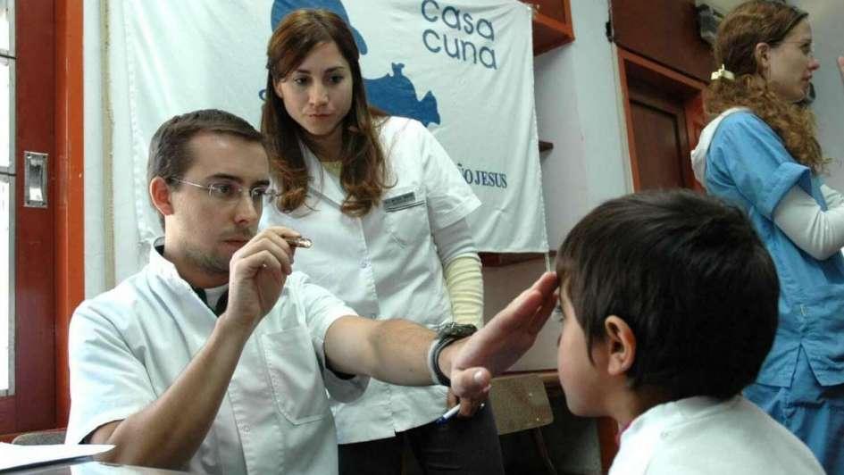 Tratan patologías oftálmicas a alumnos sanrafaelinos