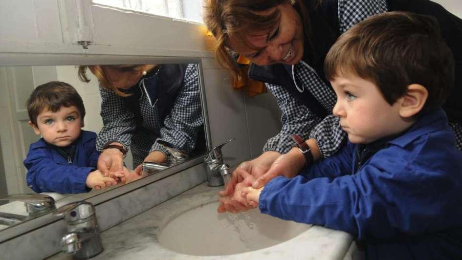 Previenen enfermedades con lavado de manos