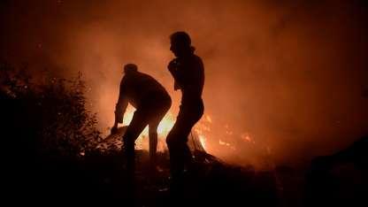 Cientos de bomberos combaten los focos de incendio en España.