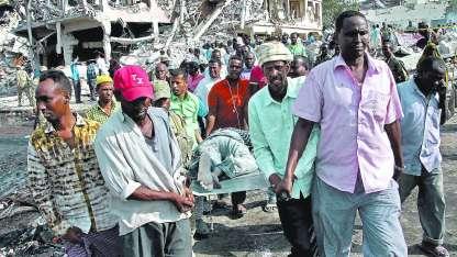Rescatistas informales retiran los restos de una de las víctimas asesinadas en el violento atentado en Mogadiscio.