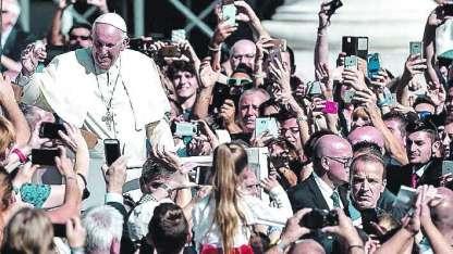 El Papa saluda a los fieles en la Plaza de San Pedro.