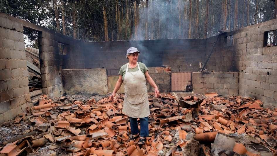 Al menos 39 muertos en los incontrolables incendios en Portugal y España