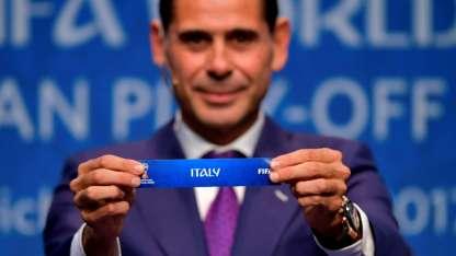 Fernando Hierro, exReal Madrid, muestra la tira con el nombre Italia.