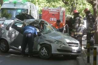 El auto quedó destrozado tras el impacto.