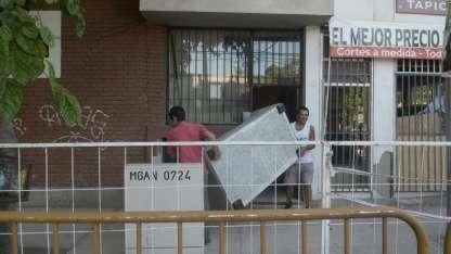 Vecinos comenzaron a retirar sus pertenencias del edificio.