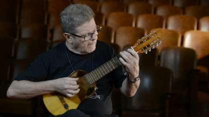 Gustavo Santaolalla toca el roncoco