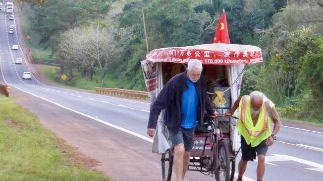 Recorría el mundo en un triciclo murió atropellado en Santa Cruz