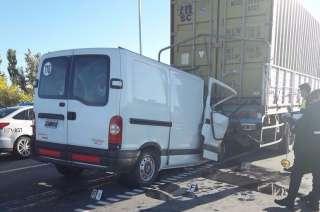 La camioneta del mendocino se incrustó en la parte trasera del camión.