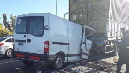 El vehículo se incrustó en la parte trasera de un camión.