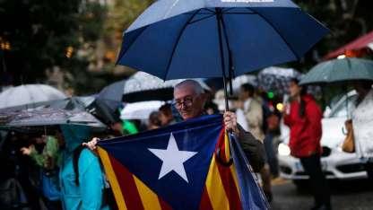 Un hombre con una bandera separatista se manifiesta en reclamo por la libertad de dos dirigentes en Barcelona.