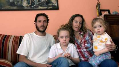 Pablo y Eleonora ya saben de qué se trata la enfermedad de la pequeña Guillermina (3). Tienen además otra hija mayor.