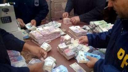 Algo de los más de dos millones de pesos que estaban en poder de la gavilla.
