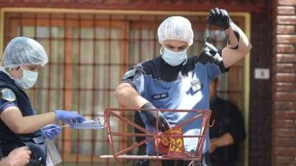 Efectivos de Policía Científica trabajaron en la vivienda donde ingresaron los cuatro asaltantes encapuchados.