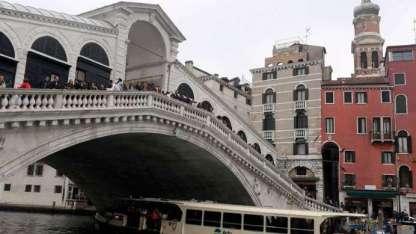 El puente Rialto, en el Canal Grande de Venecia.