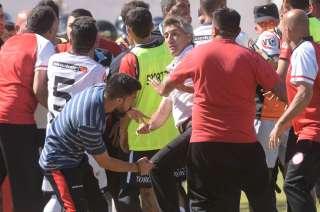 Juan Carlos Bermegui, entrenador de Gutiérrez, se enfrenta con un integrante del cuerpo técnico del Globo.