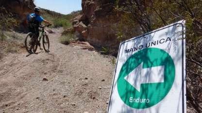 Los carteles ya colocados indican el sentido de marcha de cada sendero, para evitar choques de frente.
