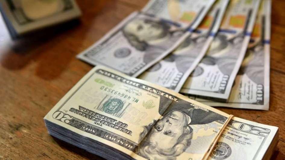 Tras la suba de tasas, el dólar cae ocho centavos