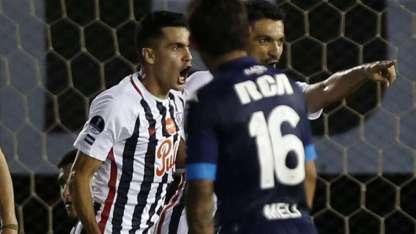 Salcedo festeja el único gol del partido.
