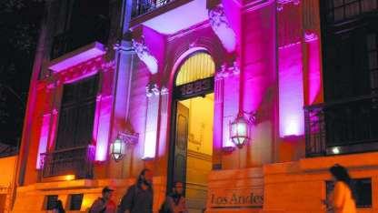 Las luces o el lazo rosa invitan a apoyar la lucha contra esta enfermedad.
