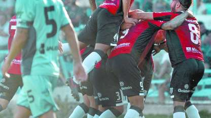 Todos abrazan al goleador de la tarde, Palacios Alvarenga, mientras Capurro sufre.