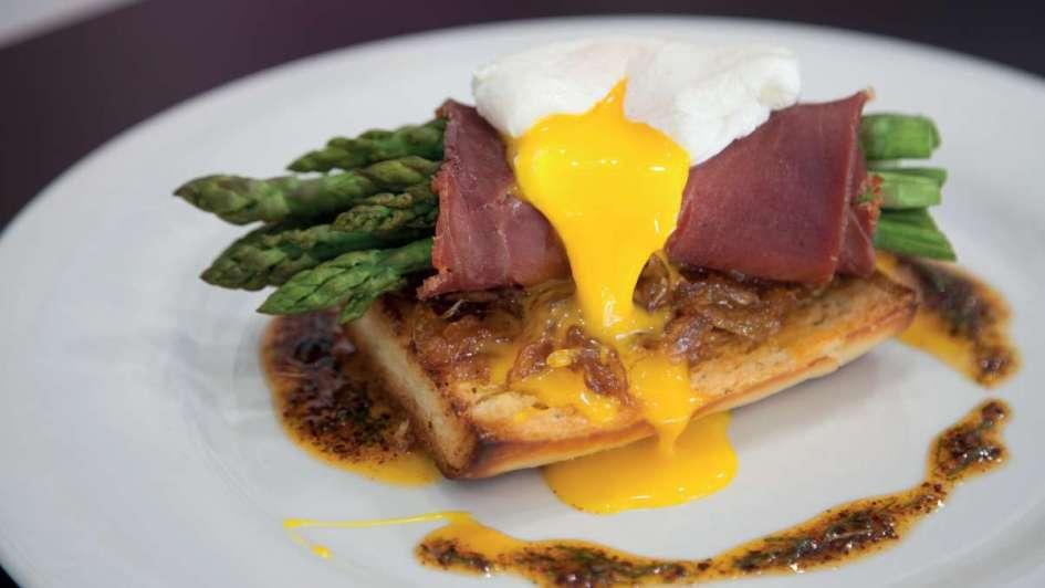 Exquisita sencillez: tostón de espárragos con mermelada de puerros y huevo poché