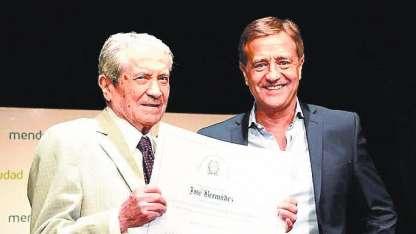 El artista junto al intendente capitalino, Suárez.