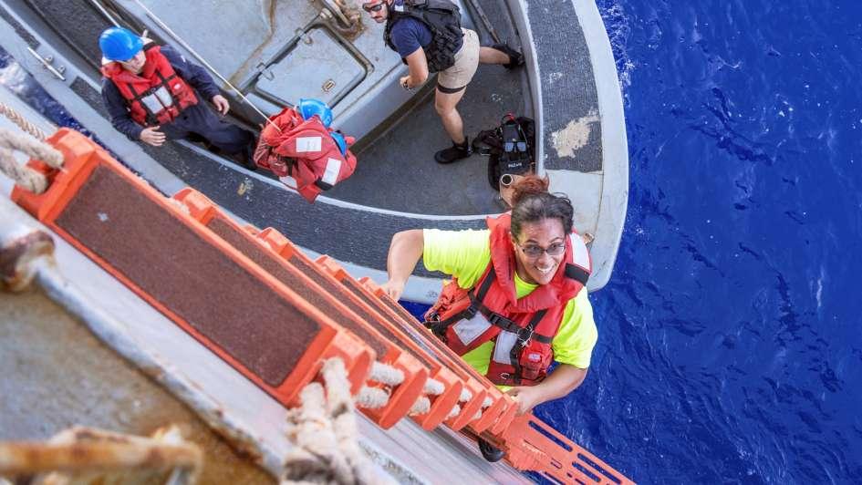 Rescatan a mujeres tras 5 meses a la deriva en el Pacífico