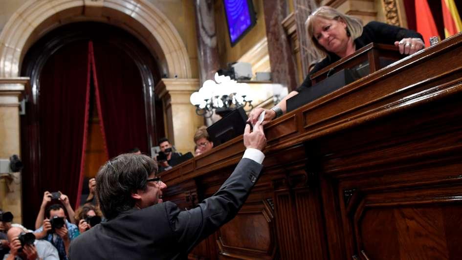 Rajoy destituyó al gobierno catalán, disolvió al Parlamento y convocó a elecciones