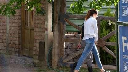 Julieta Silva ingresando a su casa.