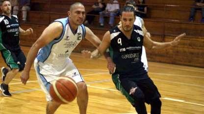 Roberto Becerra es defendido por Martín Lombardich. El ex alero de Mendoza de Regatas aportó 21 puntos para los bancarios.