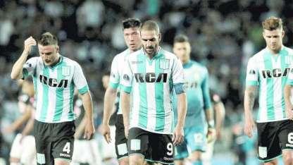 Los jugadores de Racing, con Licha López a la cabeza, se retiran dolidos por no haber podido lograr el boleto. Otra frustración y van...