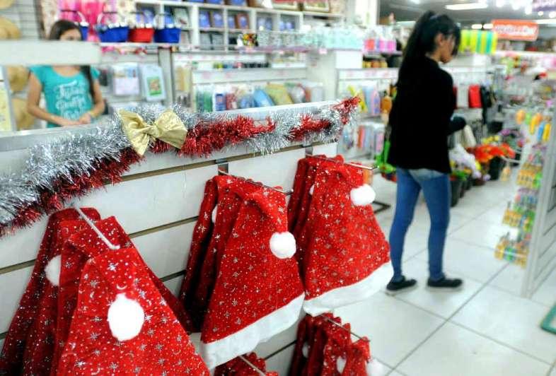 La navidad ya lleg a los supermercados y comercios - Decoracion navidena para comercios ...