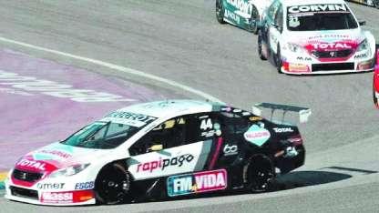 Tras una dura lucha, el Peugeot 408 de Werner terminó imponiéndose al líder del torneo, el Renault Fluence de Ardusso.