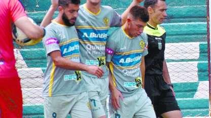 Cascon es felicitado por dos compañeros tras marcar el transitorio 2-0 sobre el Croto.