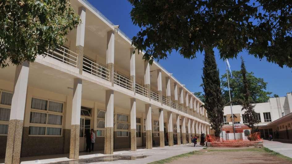 Quejas de padres y docentes por una escuela de Luján a la que se le cae el techo