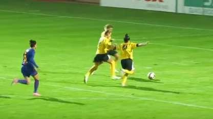 Insólito: Tres futbolistas quedaron en ridículo al errar un gol con el arco vacío