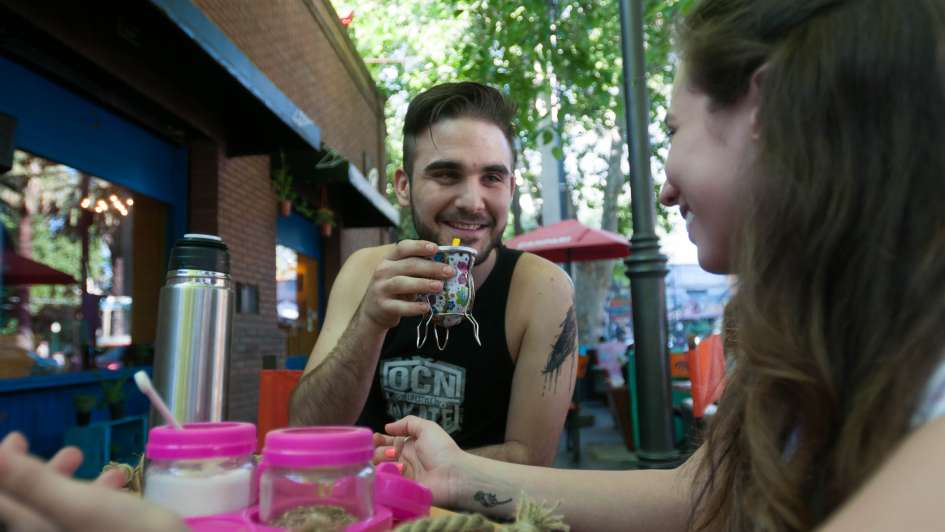 El mate va ganando espacios: de la ronda a los bares y el maridaje