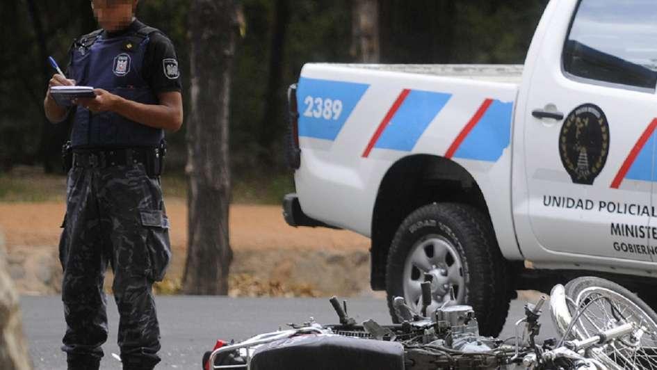 En Maipú, tres hombres a bordo de una moto chocaron contra un auto y murió uno de ellos