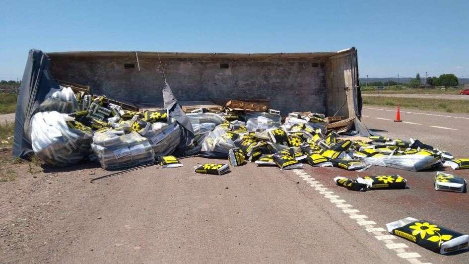 Un camión que transportaba bolsas de fertilizantes volcó en Luján