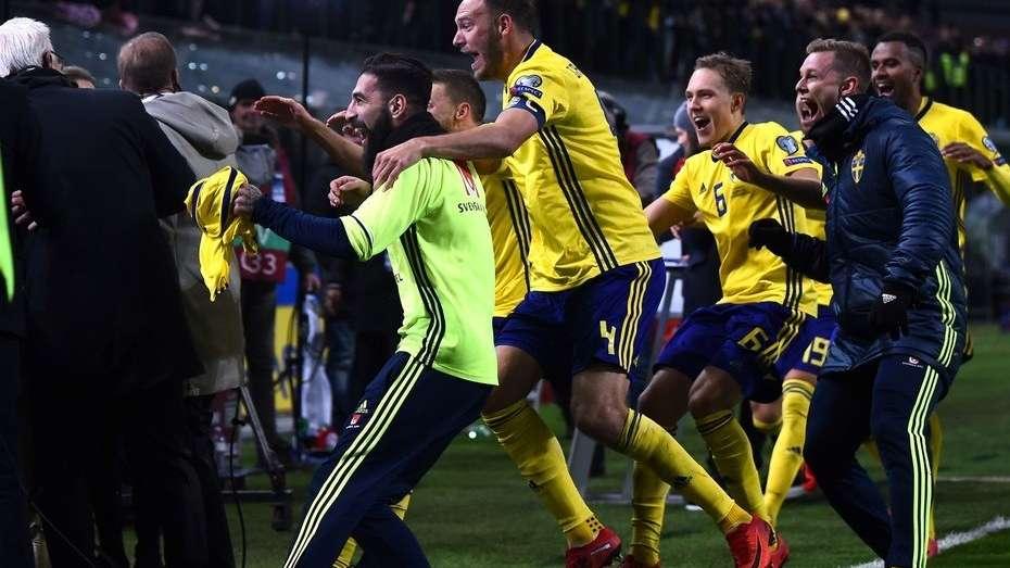 Los futbolistas suecos se abalanzaron sobre un set de TV al festejar su pase al Mundial