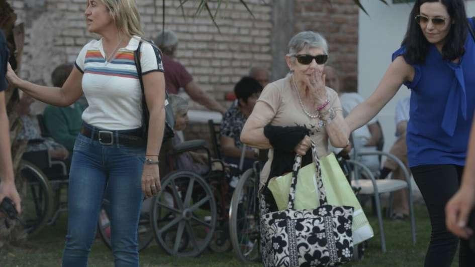 Decenas de abuelos son evacuados del geriátrico derrumbado en Maipú