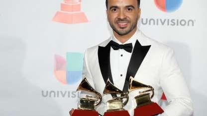 El puertorriqueño Fonsi con sus tres premios/AP