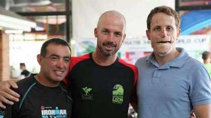 Jorge Ariel Rodríguez junto a Henning Olsrud el competidor herido.
